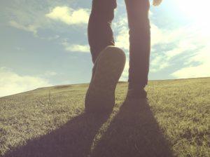 歩く 男性 足跡